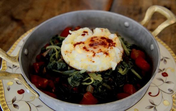 Αυγά με σύγκλινο και τσιγαριστά χόρτα, από τον Χρήστο Τζιέρα