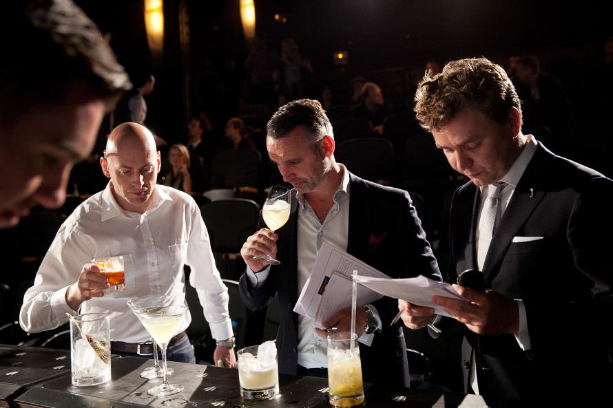 Οι κριτές του Retro Chic Speed Challenge. Από αριστερά: Simon Difford (δημιουργός του Diffords Guide και συνδιοργανωτής του London Cocktail Week), Dennis Tamse (distillery ambassador της Ketel One), Fjalar Goud (WorldClass Western European Bartender 2012).