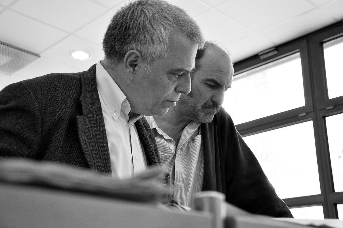 Ο Κώστας Θ. Καλφόπουλος και ο Ακύλλας Καραζήσης φωτογραφημένοι –σε ανάμνηση της φιλίας τους, που ξεκίνησε στη Γερμανία– στη βιβλιοθήκη του Ινστιτούτου Γκαίτε.