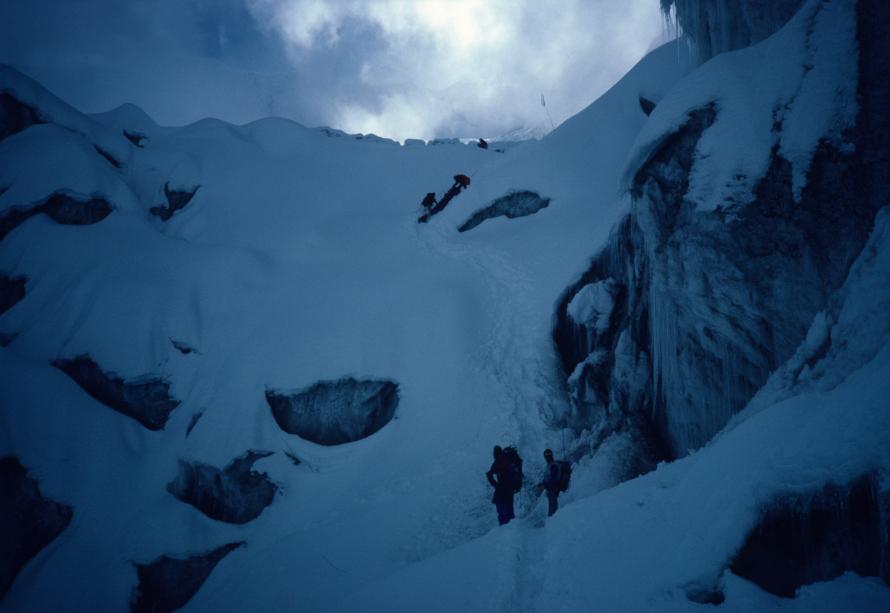 «Η διάσωσή μου από το ατύχημα. Στο πάνω μέρος της φωτογραφίας διακρίνεται το φορείο που έσερναν στο χιόνι τα υπόλοιπα μέλη της αποστολής».