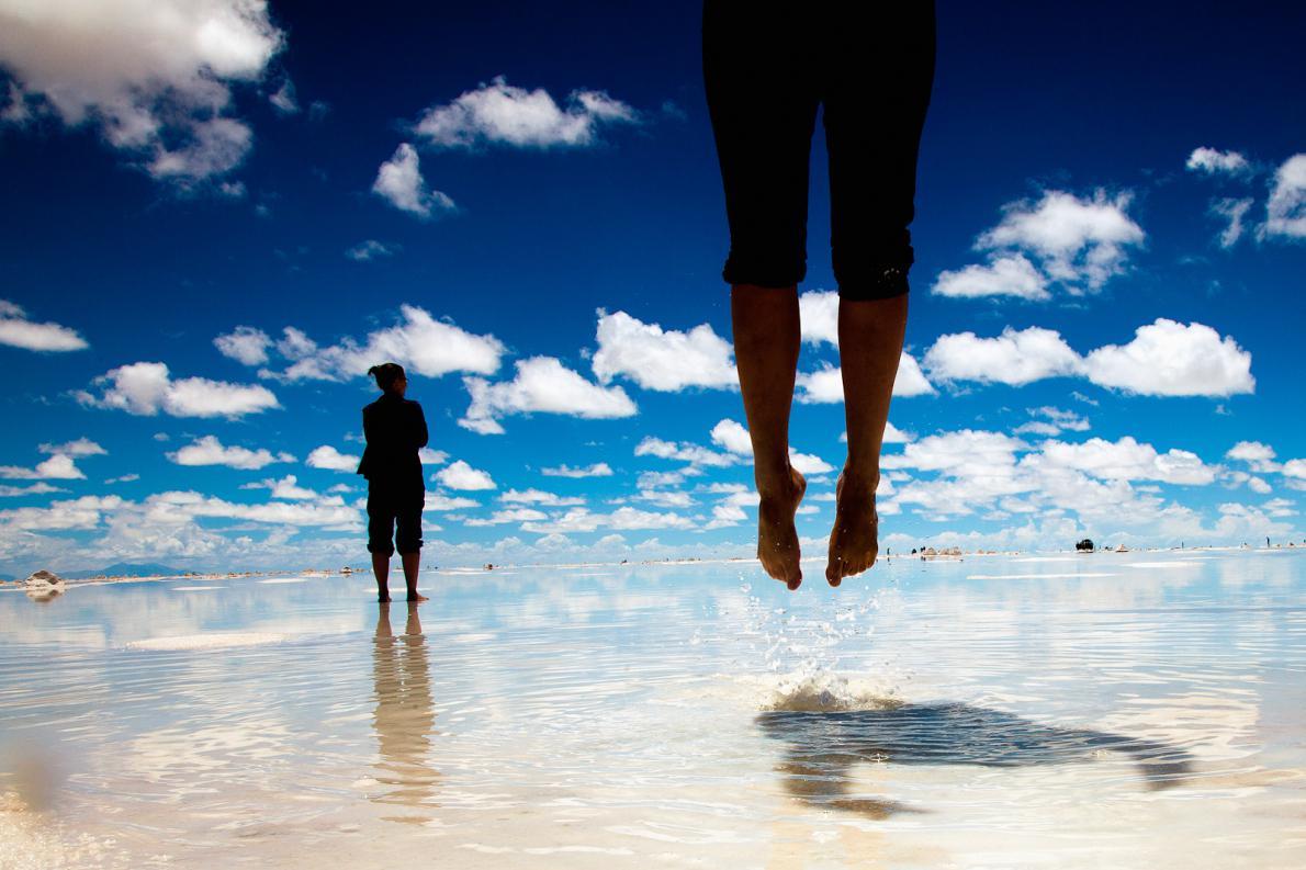 Ενω οι τουρίστες τραβούσαν αναμνηστικές φωτογραφίες στη μεγαλύτερη φυσική αλυκή στο κόσμο. Βολιβία