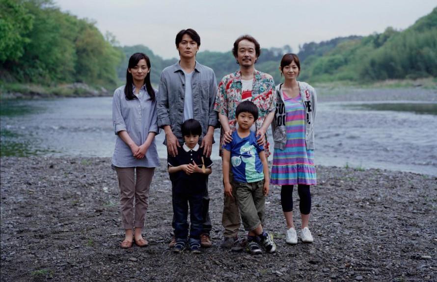 Η μοναδική κοινή φωτογραφία των δυο οικογενειών, σε μια προσπάθεια να έρθουν πιο κοντά τα μέλη της και τα δυο αγόρια να «μάθουν» τους νέους τους γονείς. Η ταινία του Χιροκάζου Κόρε- Έντα τιμήθηκε με το βραβείο κριτικής επιτροπής στις Κάννες και τα βραβεία κοινού στα Φεστιβάλ του Βανκούβερ, του Σαν Σεμπαστιάν και του Σάο Πάολο.