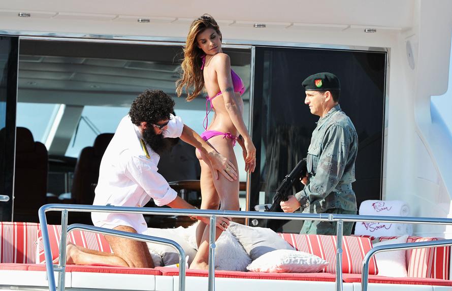 "O Sacha Baron Cohen και η Elisabetta Canalis ποζάροντας για το ""The Dictator"" στο Φεστιβάλ των Καννών."