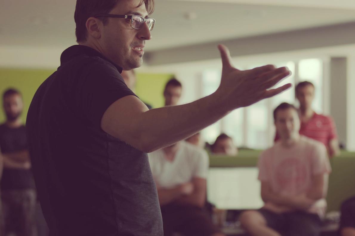 Ο Μάνος Σηφάκης μιλάει στην ομάδα του customedialabs στη Λάρσα
