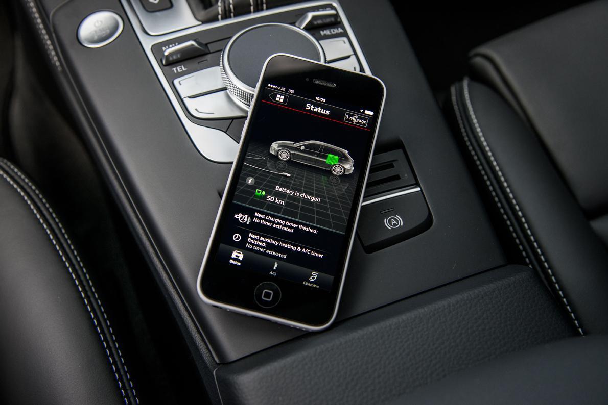 Με τις ειδικές εφαρμογές της Audi για smartphones (iOS ή Android), ο οδηγός μπορεί από μακριά να ελέγξει τη φόρτιση του e-tron, την αυτονομία που μένει, τη θέρμανση ή ψύξη του εσωτερικού ή να δει που βρίσκεται το αυτοκίνητο και ποια σημεία ενδιαφέροντος υπάρχουν κοντά.