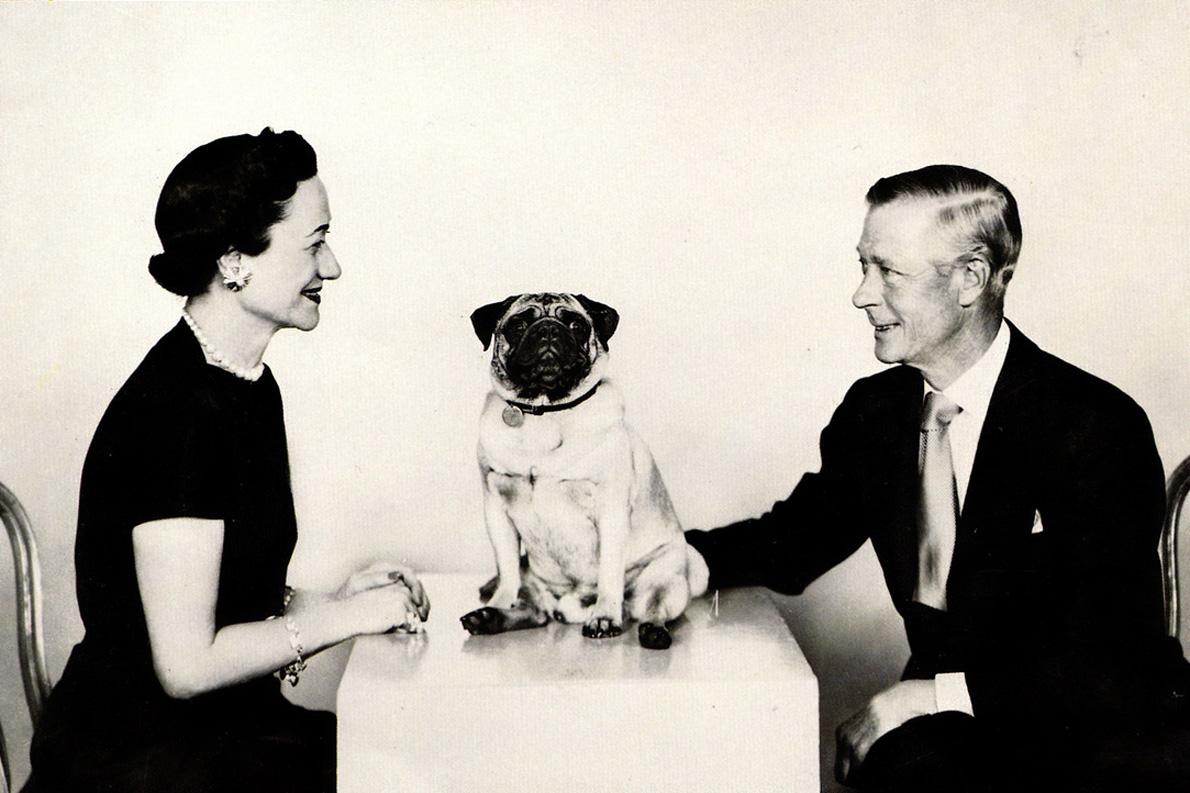 Ο δούκας του Γουίνδσορ (Εδουάρδος ο 8ος για εννιά μήνες) ήταν αφόρητα βαρετός. Κάθησα κάποτε στο ίδιο τραπέζι μαζί του. Η κουβέντα ήρθε στον Β' Παγκόσμιο Πόλεμο και το μόνο που είχε να πει ήταν ότι γνώρισε τον Χίτλερ και του φάνηκε τζέντλεμαν. Η τότε σύζυγός μου –μιλάμε για το 1965– του ζήτησε να τη συνοδεύσει στο τουίστ. Σηκώθηκε και το προσπάθησε –φανερώνοντας γενναιότητα, αν μη τι άλλο–, αλλά μόλις κάθησαν, δεν είχε να πει τίποτα! «Είναι ένας χορός όπως όλοι οι υπόλοιποι», σχολίασε απλώς.