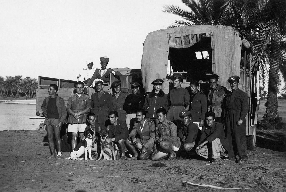 4. Ο Ανδρέας με το λευκό σορτς, δίπλα στα μέλη στρατιωτικής αποστολής στο πέρασμά της από την Κούφρα.