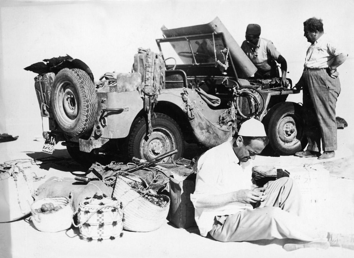 Στάση από το ιστορικό ταξίδι του απεσταλμένου της «Απογευματινής» Β. Τσιμπιδάρου (καθιστός) με το τζιπ του «Άρχοντα της ερήμου Σαχάρας».