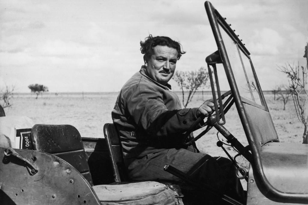 Ο Ανδρέας Κατζουράκης στο τιμόνι της «Πολυάνας», του τζιπ που τον μετέφερε στο χάος της ερήμου.