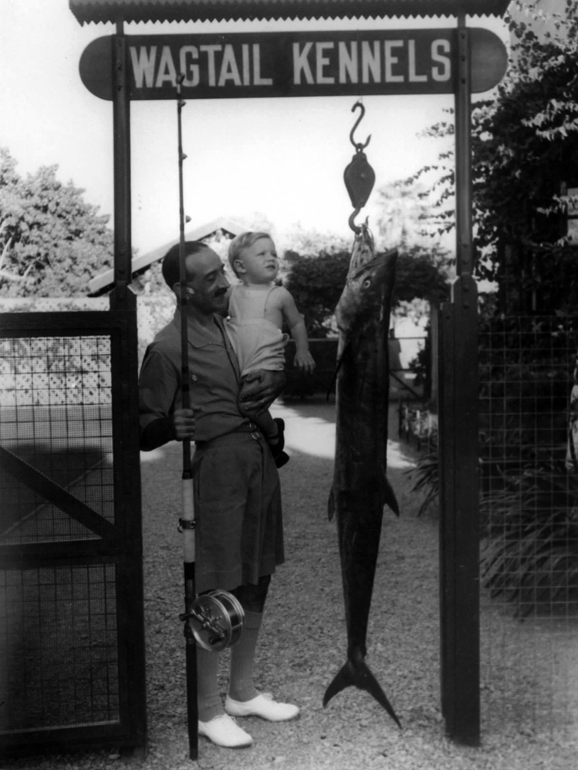 Με τον γιό του Αλέξανδρο Τομπάζη, στο Καράτσι, 1941. Λάτρευε το ψάρεμα στον ωκεανό.