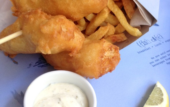 Τα fish&chips σε χάρτινο χωνί του Fish Café