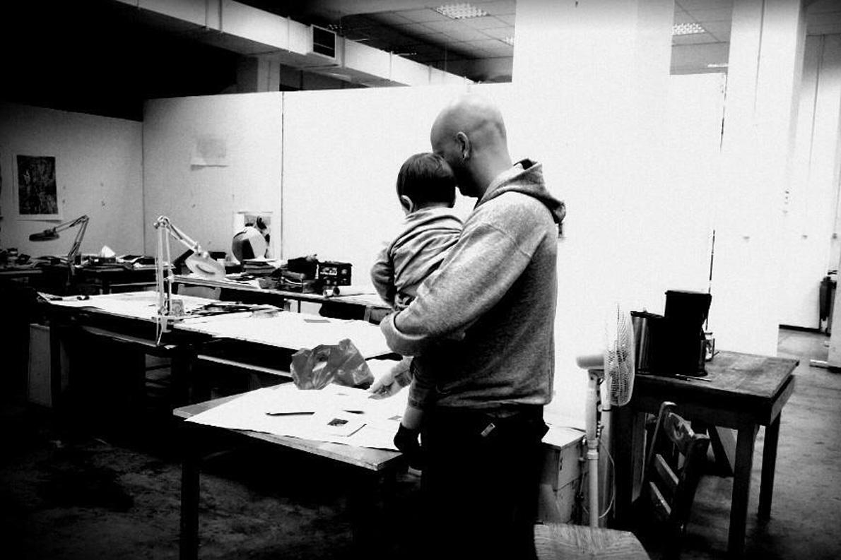 Ο Κωνσταντίνος στο εργαστήριο των WhiteIslandWorks αγκαλιά με τον μικρό του. «Εργασία και χαρά», που λένε.