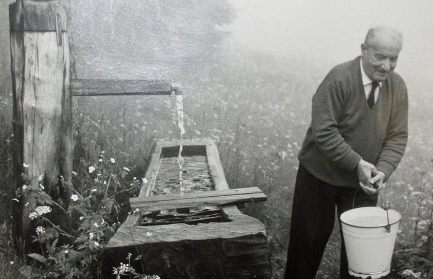 Ο Χάιντεγκερ παίρνει νερό από την «αυλή» της καλύβας του στον Μέλανα Δρυμό.