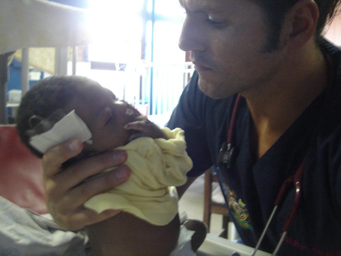 «Η Νότιος Αφρική είναι το μέρος που με «καυτηρίασε» ιατρικά», λέει ο Τσιάνος (στη φωτογραφία σε ένα νοσομομείο παίδων της χώρας). «Το γεγονός ότι κάθε ώρα που περνούσε ήμουν περιτριγυρισμένος από το θάνατο, ήταν για μένα ένα σημαντικό μάθημα ζωής. Τον ρομαντισμό μου για την ιατρική τον απέκτησα μέσα από το θάνατο».
