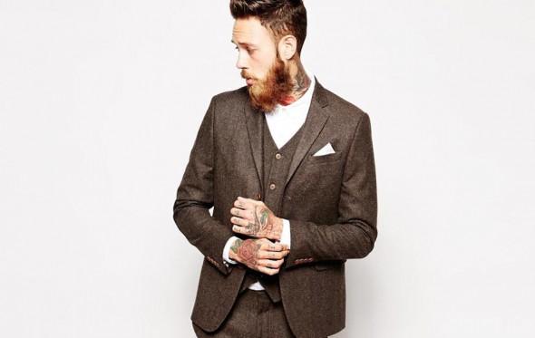 Σκούρο καφέ κοστούμι: υπάρχει κάτι που του πάει;
