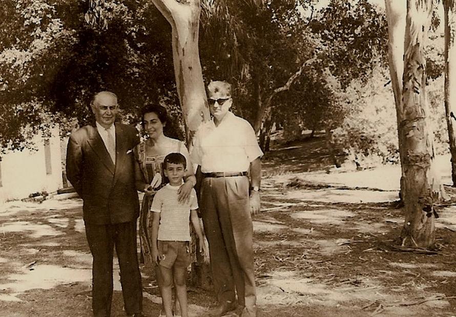 «Με τον πατέρα μου, τη μητέρα μου Νανά Κακίση και τον παππού μου Ξενοφώντα Παπαευθυμίου» (1960).