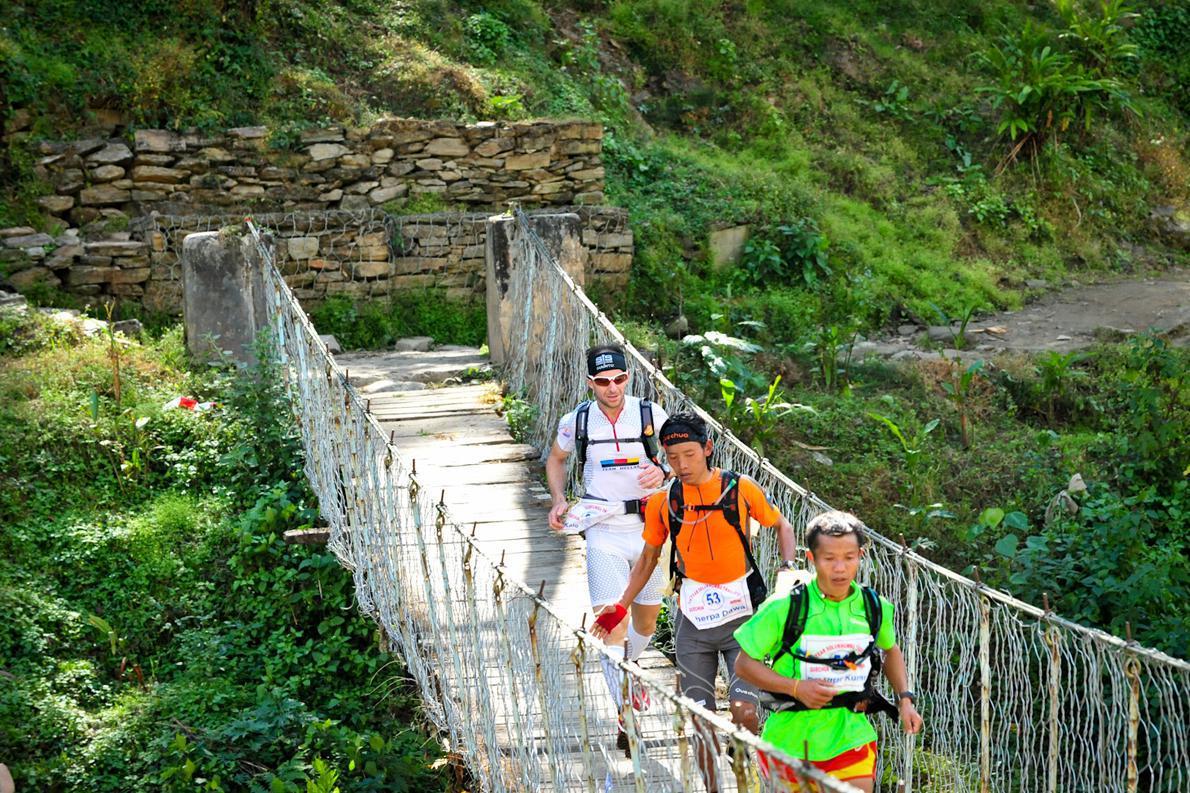 Ο Νίκος Καλοφύρης  λίγο πριν τον τερματισμό της πρώτης ημέρας περνά την γέφυρα που οδηγεί στο χωριό Kenga.