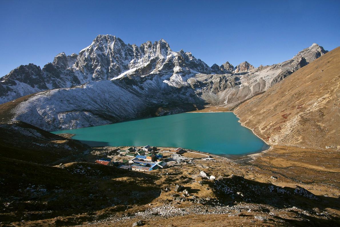 Η Λίμνη Thonak  βρίσκεται σε υψόμετρο περίπου 5.000μ. και είναι η μια από τις συνολικά έξι λίμνες της περιοχής του Έβερεστ που αποτελούν το υψηλότερο σύστημα λιμνών γλυκού νερού σε όλο τον κόσμο.