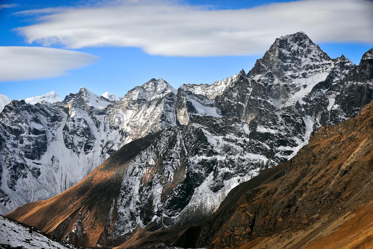 Για τα γεωλογικά δεδομένα, τα Ιμαλάια είναι μια πολύ νέα οροσειρά, που εξακολουθεί να βρίσκεται υπό διαμόρφωση. Αυτός είναι και ένας από τους λόγους που τα βουνά αυτά είναι τόσο ψηλά. Όλα τα βουνά με ύψος άνω των 7.000 μέτρων βρίσκονται στην περιοχή όπου εφάπτονται οι δύο ηπειρωτικές πλάκες.
