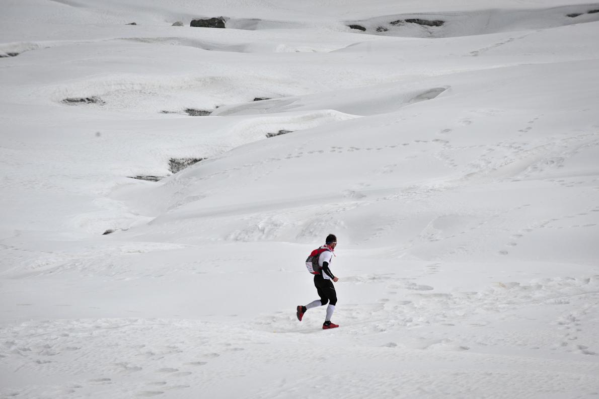 Πέρασμα παγετώνα. Σε χιλιάδες ανέρχονται οι παγετώνες στα Ιμαλάια και στις οροσειρές Καρακοράμ, Κουέν-Λουν, και Τιέν-Σαν. Μεγαλύτεροι εξ αυτών είναι οι ονομαστοί Μπιάφο και Μπαλτόρο Καρακοράμ, μήκους 30-35 μιλίων. που κατέρχονται μέχρι τα 3.600 έως 3.400μ. υψόμετρο.