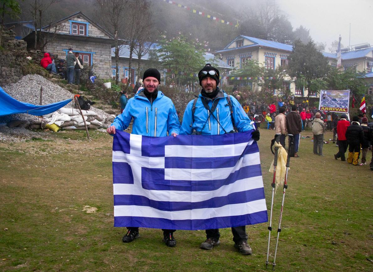 Ο Νίκος Καλοφύρης και ο φωτογράφος Μπάμπης Γκιριτζιώτης, που κάλυψε πεζοπορώντας την ίδια διαδρομή, αμέσως μετά τον τερματισμό τους.