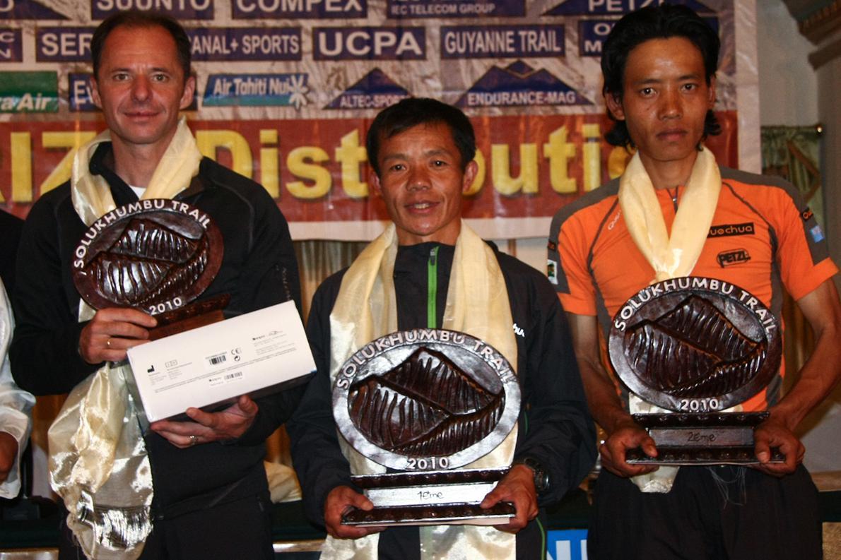 Οι βραβεύσεις των πρώτων αθλητών του αγώνα. Ο Νίκος Καλοφύρης κατέκτησε την τρίτη θέση στη γενική κατάταξη.