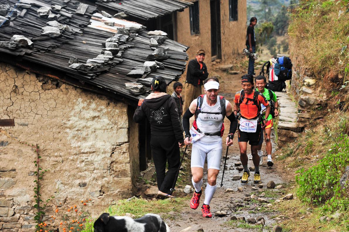Τη δεύτερη μέρα του αγώνα, πέρασε μέσα από μικρά χωριά και είχε ήδη φτάσει το υψόμετρο των 2.800μ.