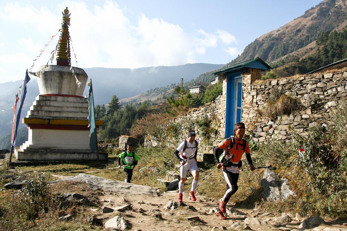 Προσπερνώντας τον μικρό Βουδιστικό Ναό έξω από το χωριό Jumbesi με τερματισμό μετά από 24χλμ. και διανυκτέρευση σε αντίσκηνα στο χωριό Beni.
