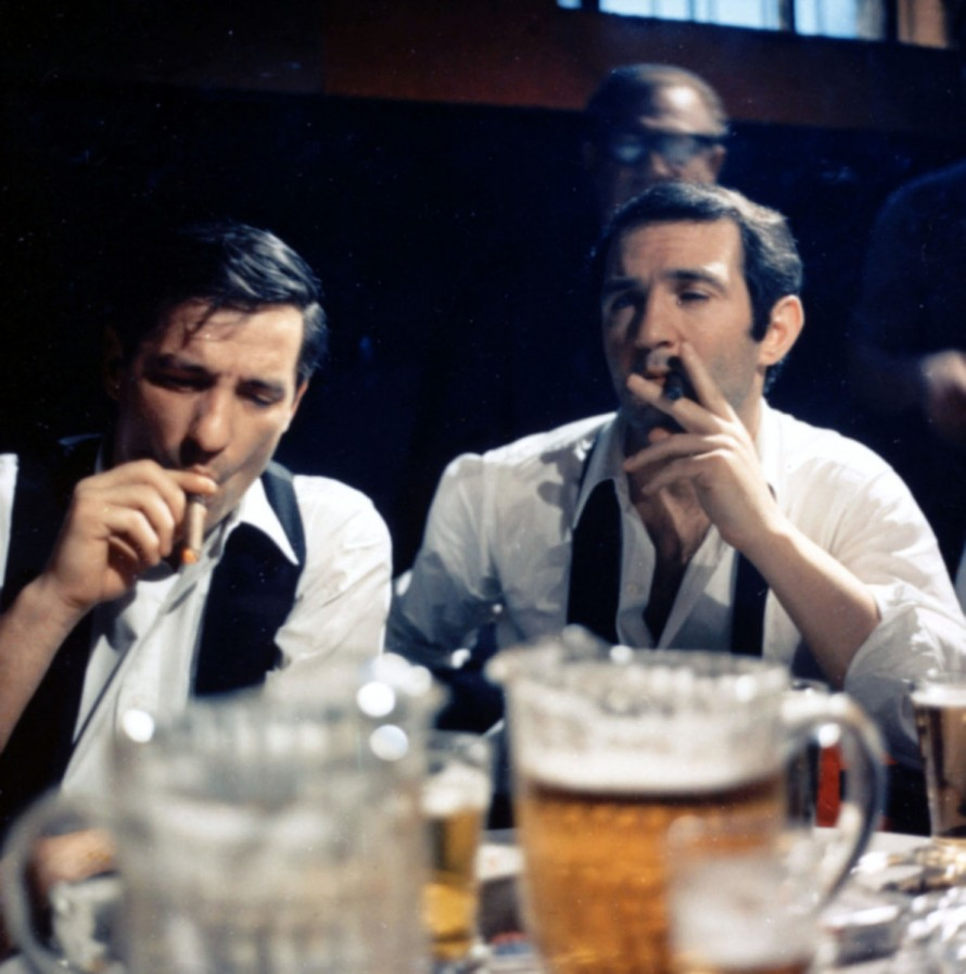 Σε πρώτο πλάνο extra large drafts και στο φόντο ο Τζον Κασσαβέτης με τον Μπεν Γκαζάρα.