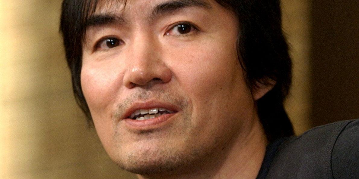 Ο Keigo Higashino είναι ίσως ο δημοφιλέστερος σήμερα συγγραφέας της Ιαπωνίας. «Η αφοσίωση του Υπόπτου Χ» τιμήθηκε με το διεθνές βραβείο Naoki, έλαβε διθυραμβικές κριτικές, έκανε περισσότερες από δύο εκατομμύρια πωλήσεις και αποτέλεσε τη βάση για μια επιτυχημένη κινηματογραφική ταινία.