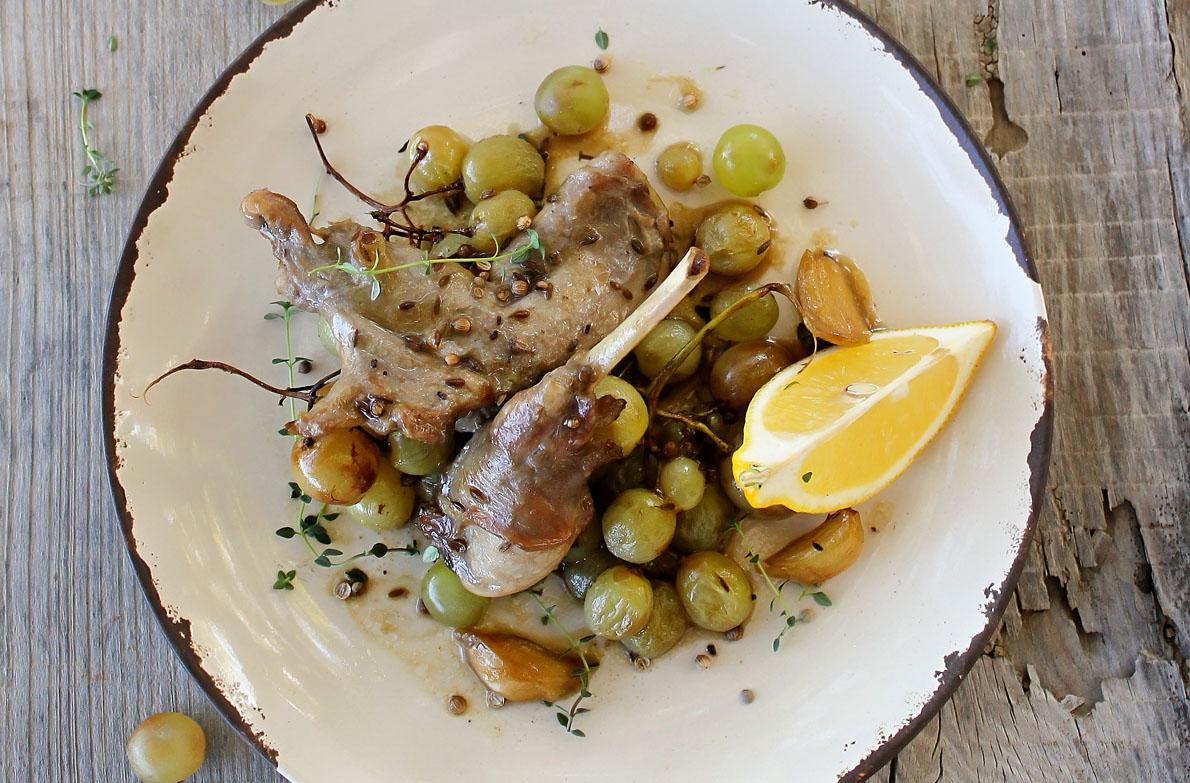 Το κουνελίσιο κρέας ξεχωρίζει για την υψηλή διατροφική του αξία και αποτελεί μια εξαίσια πηγή πρωτεϊνών και ιχνοστοιχείων, καθώς περιέχει ελάχιστο λίπος. Εδώ μαγειρεμένο με σπανάκι.
