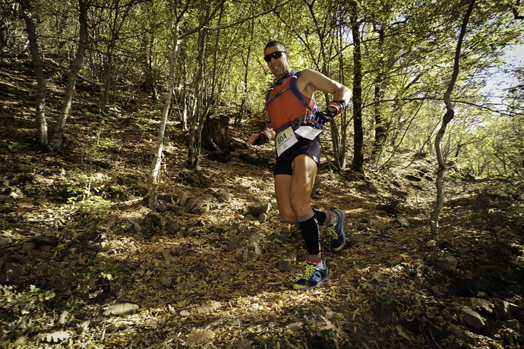«Με το τρέξιμο καταφέρνω να οργανώσω τη ζωή μου και να πειθαρχήσω στις καθημερινές υποχρεώσεις μου με περισσότερη σύνεση και επιμέλεια. Με ηρεμεί και με ισορροπεί ψυχικά». Εδώ στον VFUT, έναν αγώνα 160 χλμ. στα βουνά της Ροδόπης. Φωτογραφία: GOexperience