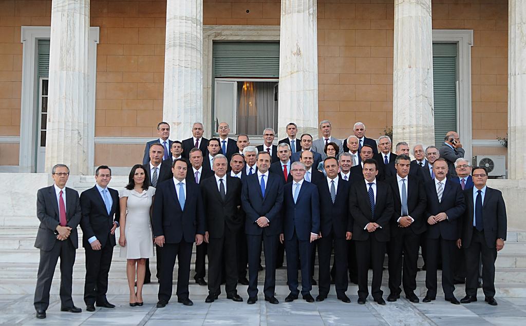 Αμήχανα χαμόγελα μετά την προηγούμενη ορκομωσία. Ορισμένα πρόσωπα έμειναν στις θέσεις τους. Φωτό: flickr.com/primeministergr