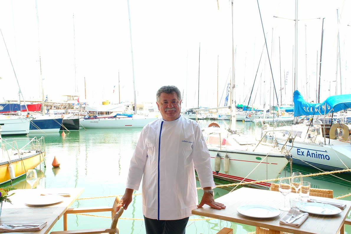 Ο Λευτέρης Λαζάρου, με ευτυχία που δεν κρύβεται, στο Varoulko Seaside, στο Μικρολίμανο. «Όνειρο ζωής για μένα είναι να επιστρέψω με το Βαρούλκο στον Πειραιά», είχε πει σε μια παλιότερη συνέντευξή του στο Andro. Φωτογραφία: Δημήτρης Βρανάς.