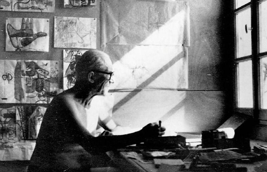 O  Le Corbusier μέσα στην καλύβα του.