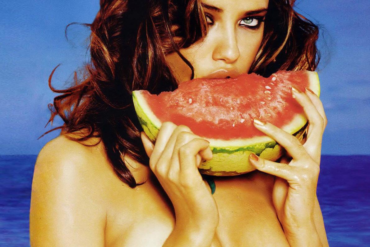 Φρούτα: Παρότι dolce, το καρπούζι είναι ο εχθρός του farniente στις διακοπές. Πρέπει να το κόψεις, να το καθαρίσεις απ' τα σπόρια, να το φας και να φτύσεις. Και, ταυτόχρονα, να διώχνεις και τις μέλισσες.