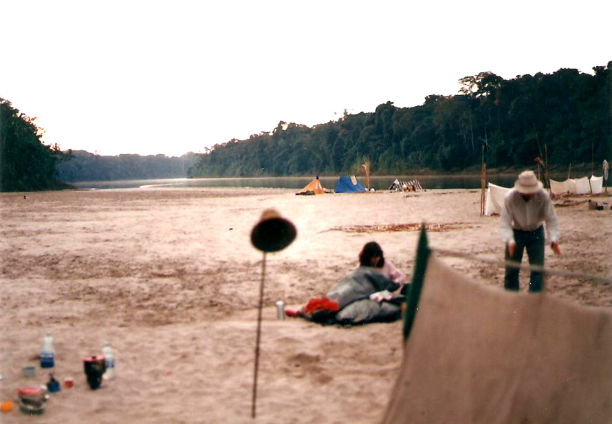 Κατασκήνωση στις όχθες του ποταμού Madre de Dios. Φωτό Κ. Γκόφας 1988