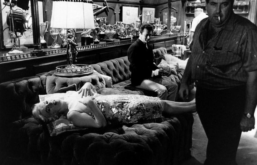 "H Marilyn Monroe στα γυρίσματα της ταινίας ""Μερικοί το προτιμούν καυτό"" ξαπλωμένη σε έναν Chesterfield."