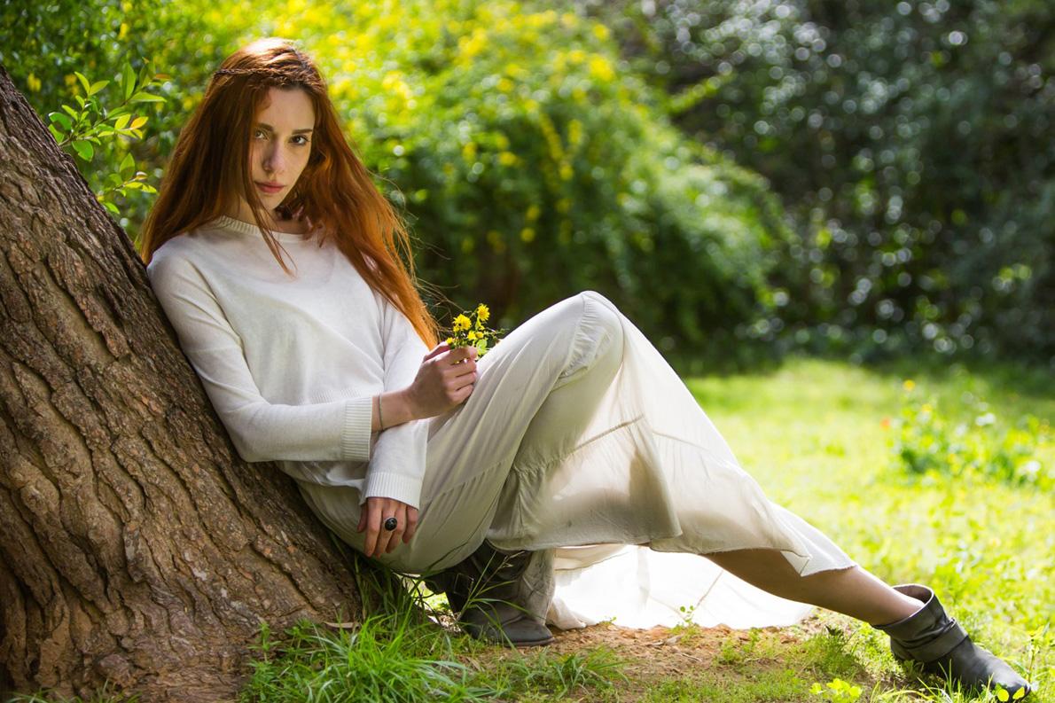 Η Εσμεράλδα Γκέκα φωτογραφημένη στον κήπο του πάρκου Ελευθερίας από τον Μάρκο Κιμιωνή.