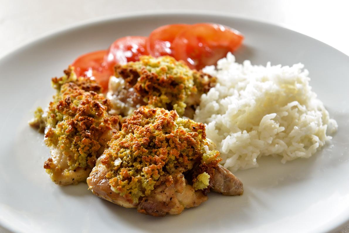 «Μπορείτε να δοκιμάσετε αυτή τη συνταγή και με ψάρι, για παράδειγμα με φιλέτα κολιού. Απλώς παραλείψτε το πρώτο ψήσιμο ‒των 20 λεπτών», προτείνει ο Γιώργος Γεράρδος.