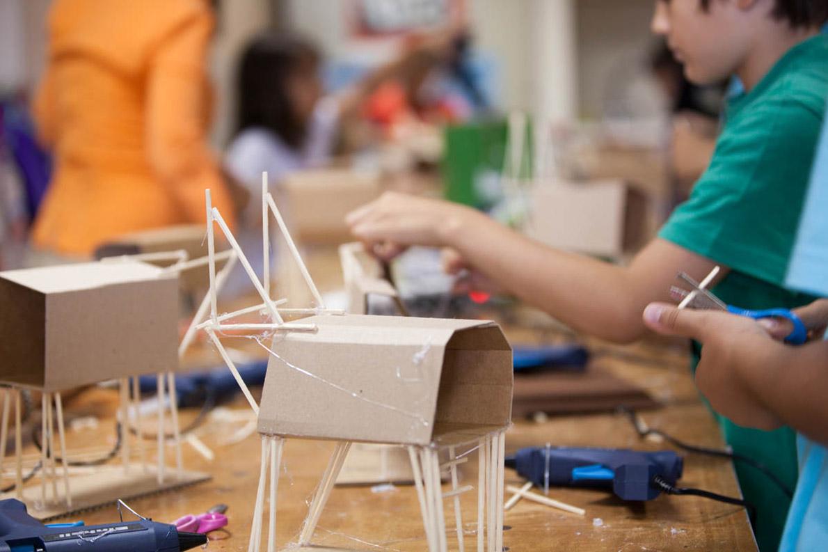 Τα παιδιά παίζουν και δημιουργούν με την καθοδήγηση ειδικών εκπαιδευτών και το τελικό αποτέλεσμα είναι απτό και αποτελεί την επιβράβευσή τους.