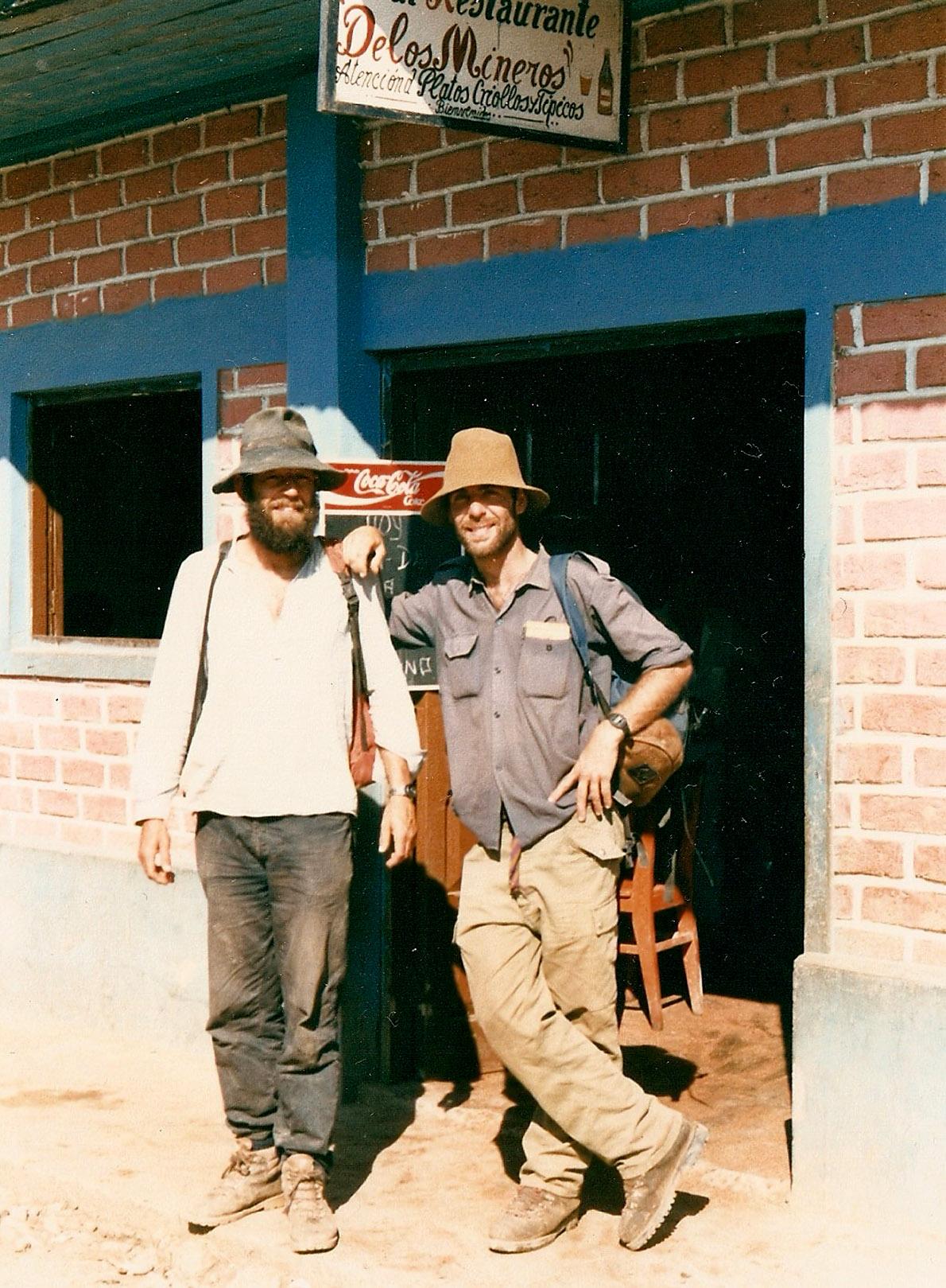 Με έναν Ολλανδό μετά μερικές μπύρες στο Puerto Maldonado. Φωτό Κ.Γκόφας 1988