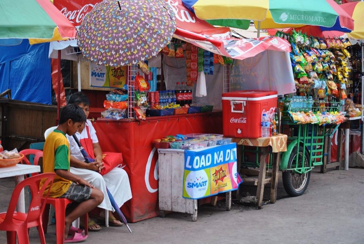 Ανήλικοι μικροπωλητές έχουν στήσει το πρόχειρο μαγαζάκι τους με ψιλικά είδη στην άκρη του δρόμου.