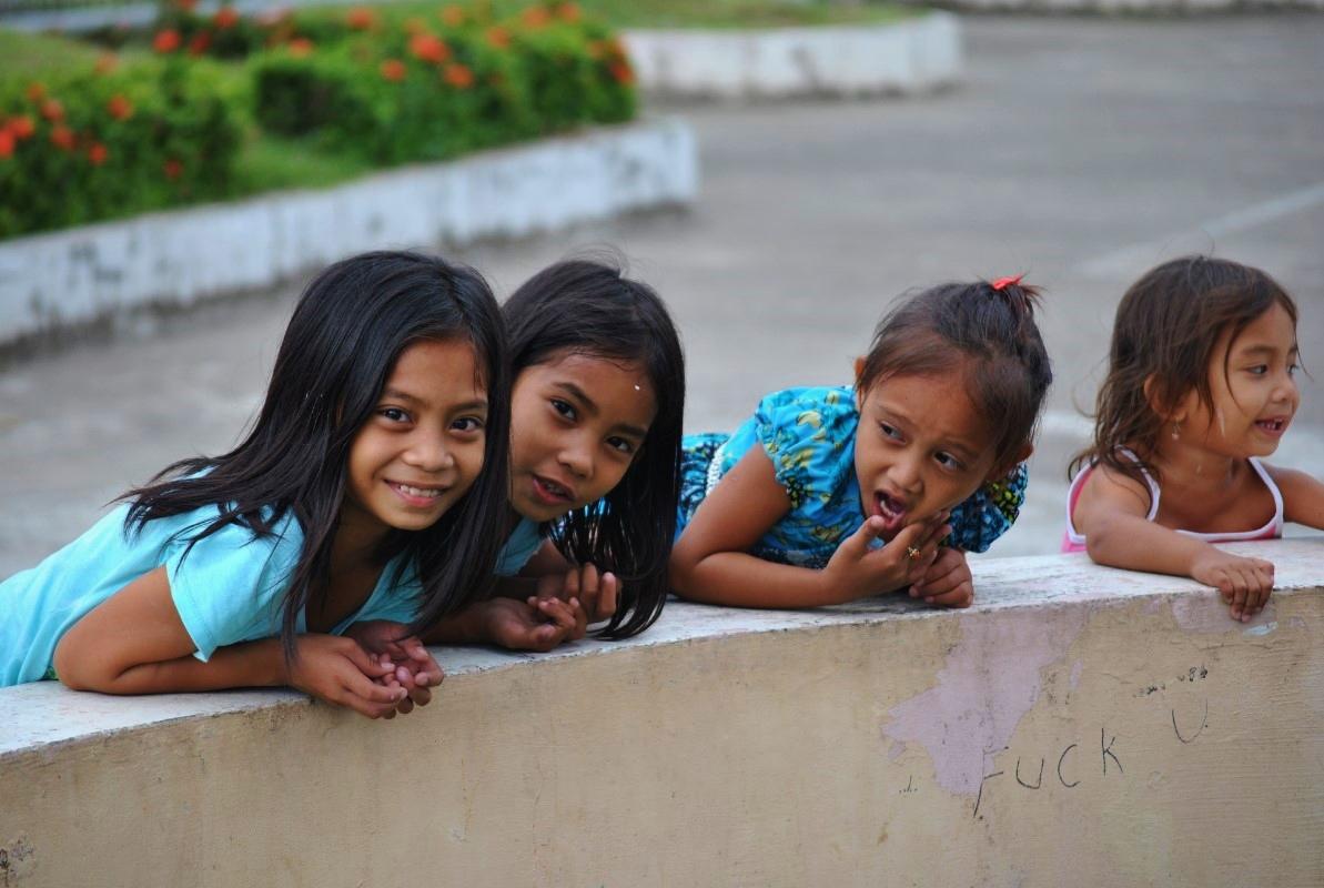 Κοριτσάκια παίζουν στο συντριβάνι του κατεστραμμένου σχολείου τους. O  τυφώνας άφησε πίσω του τουλάχιστον εκατό ορφανά παιδιά, ενώ εκατοντάδες άλλα έχασαν τουλάχιστον έναν από τους γονείς τους, κάτι που τα καθιστά ευάλωτα σε περιπτώσεις trafficking και απαγωγών.