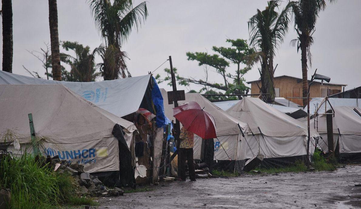 Τα περίχωρα του Τακλομπάν, λόγω της γειτνίασης με τη θάλασσα, δέχτηκαν τον μεγαλύτερο όγκο των κυμάτων όταν χτύπησε ο τυφώνας. Η περιοχή ισοπεδώθηκε και τα σπίτια –φτιαγμένα κυρίως από ψάθα και τσίγκινες οροφές– εξαφανίστηκαν κάτω από τα ορμητικά νερά. Η Ύπατη Αρμοστεία του ΟΗΕ μοίρασε σκηνές και έστησε στρατόπεδα εκτοπισμένων στο δρόμο γύρω από το αεροδρόμιο της πόλης. Σήμερα 15.000 άνθρωποι παραμένουν στις σκηνές, καθώς ακόμα δεν έχει βρεθεί οριστική λύση για την εγκατάστασή τους.