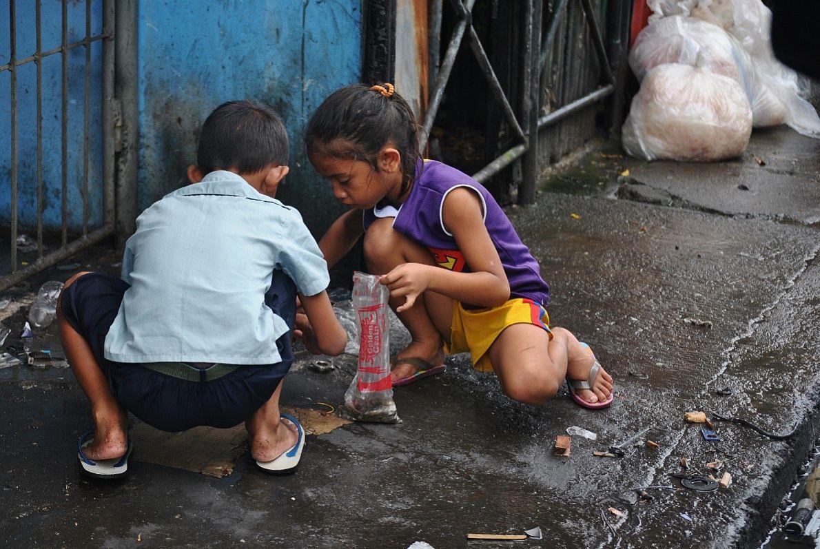 Μικρά παιδιά στους δρόμους της πόλης μαζεύουν καπάκια αναψυκτικών και κομμάτια από σίδερο, τα οποία θα πουλήσουν προσπαθώντας να εξασφαλίσουν το καθημερινό τους φαγητό.