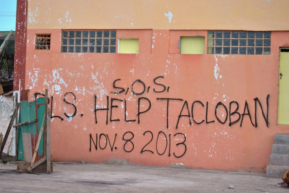 Μια επιγραφή σε ερειπωμένο κτήριο θυμίζει την καταστροφή που υπέστη η περιοχή από τον τυφώνα Haiyan.