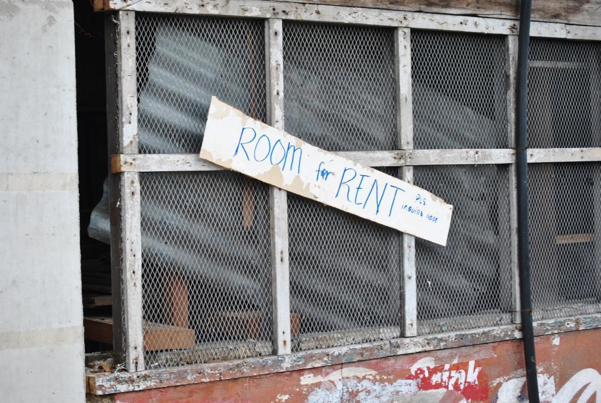 «Ενοικιάζεται δωμάτιο». Οι κάτοικοι προσπαθούν να επιστρέψουν σε κάποια κανονικότητα ζωής, ακόμα και αν τα κτήριά τους δεν έχουν επιδιορθωθεί ακόμα.