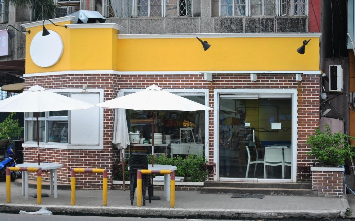 Ένα εστιατόριο/καφέ ανακαινίστηκε στο κέντρο του Τάκλομπαν. Αν και στην πόλη έχουν αρχίσεινα λειτουργούν καφέ και εστιατόρια η βασική πελατεία τους είναι το προσωπικό των ανθρωπιστικών οργανώσεων.