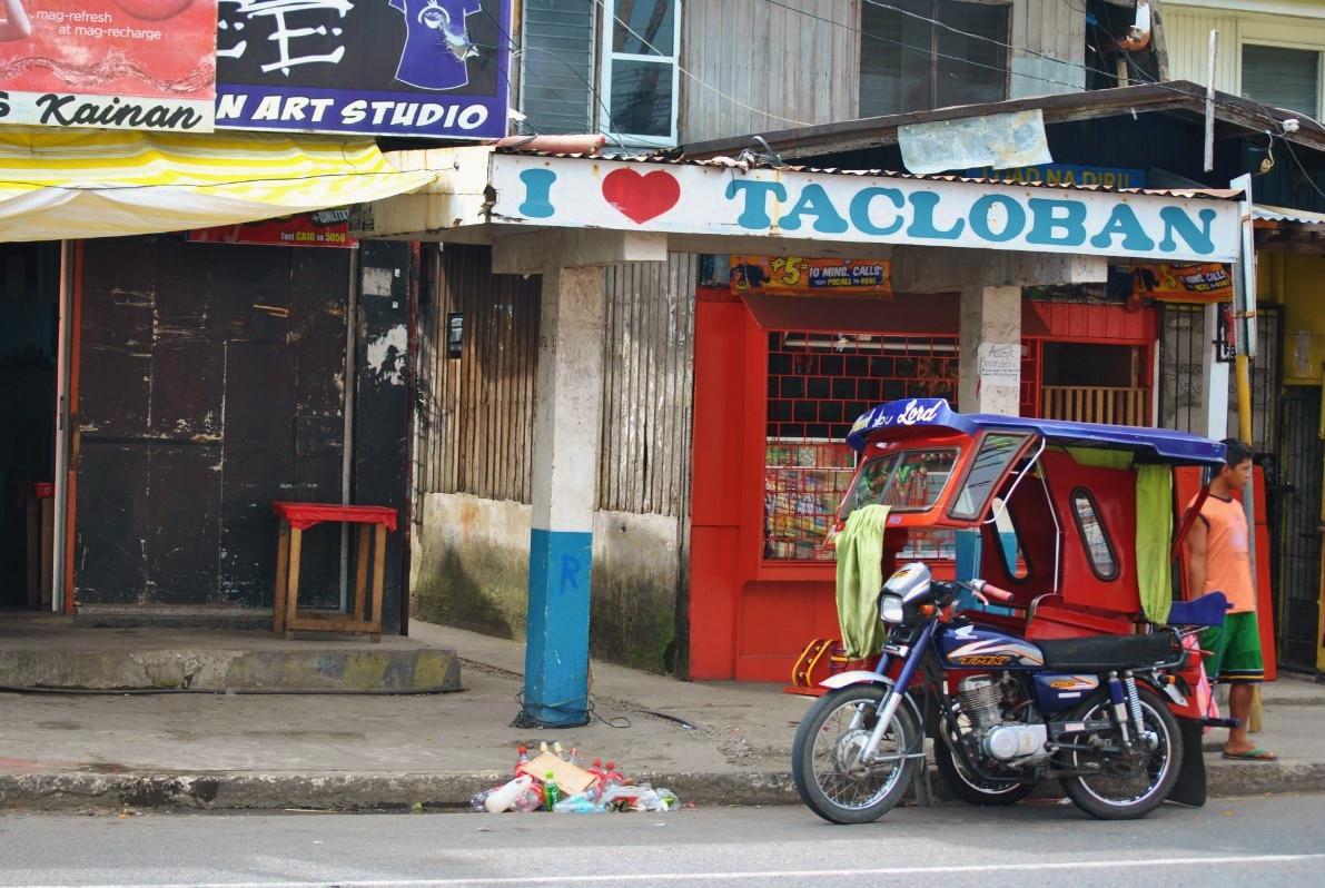 Επιγραφές με συνθήματα όπως «Αγαπώ το Τακλομπάν» κοσμούν σχεδόν κάθε δρόμο της πόλης. Οι κάτοικοι προσπαθούν με αυτό τον τρόπο να δηλώσουν ότι θα παραμείνουν ενωμένοι ακόμα και σε αυτή τη μεγάλη καταστροφή.